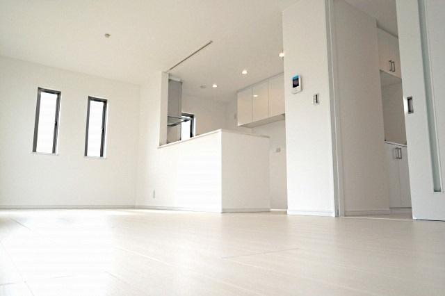 白で統一されてスッキリ見えるお部屋のイメージ写真