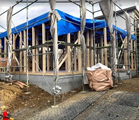 新築工事で建物の骨組みを組んでいる写真
