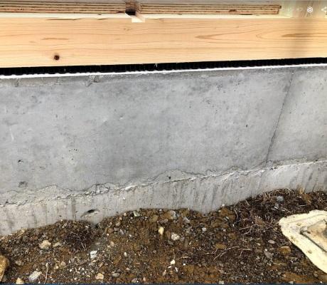 新居の基礎工事の側面の写真