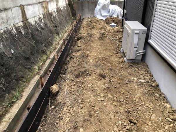 リビングから見える庭の外構工事の画像