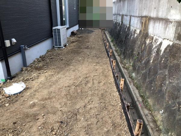 真砂土を入れて整地したリビング前の庭