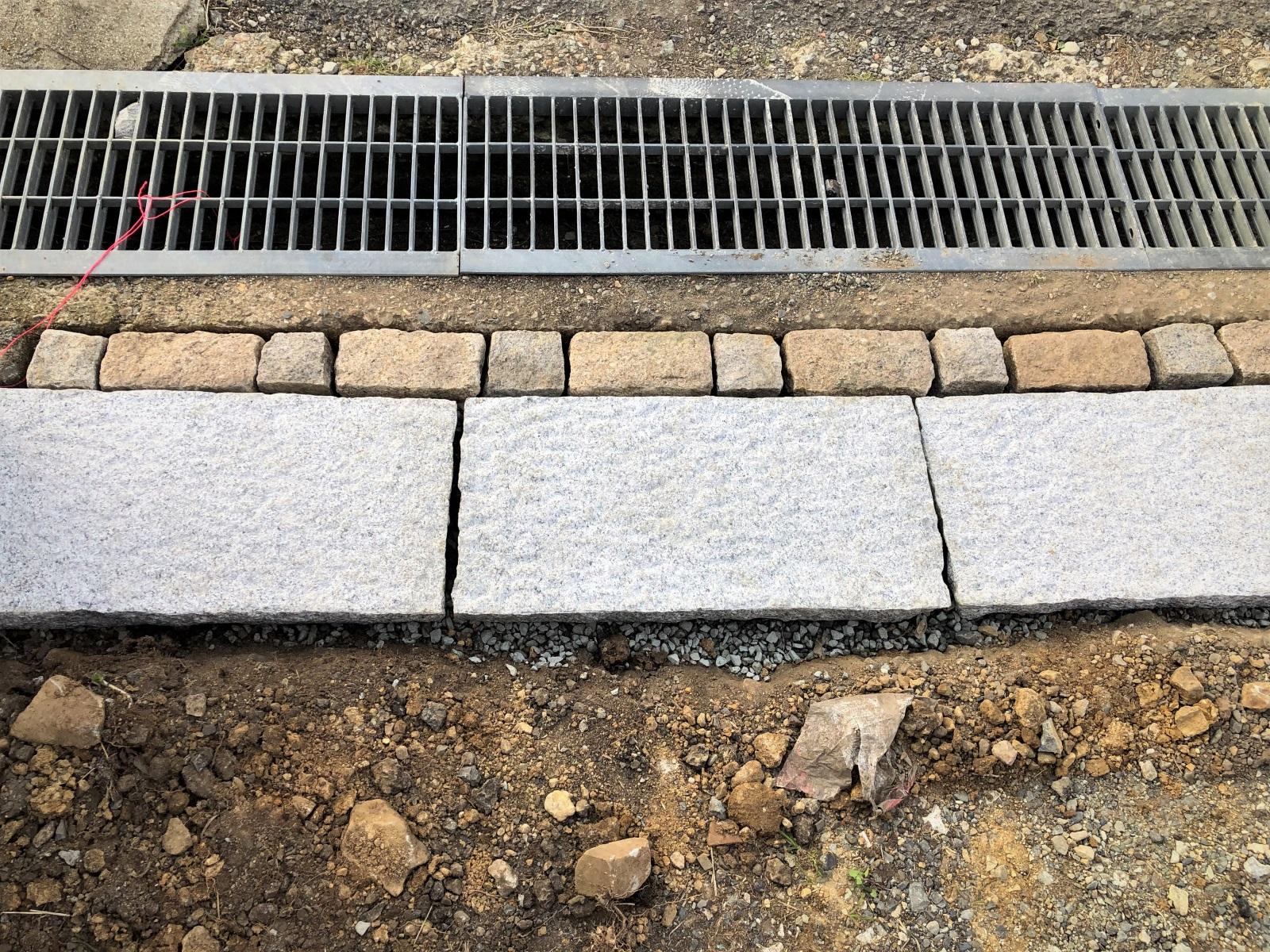 砕石の飛散を防止する敷石